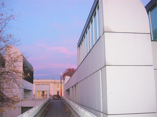 Arquitectura en berl n viajando por for Bauhaus berlin edificio