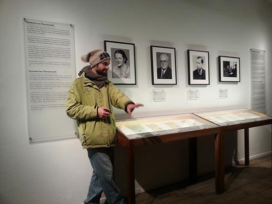 con nuestro guía en el Museo de Otto Weidt en Berlín