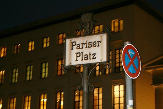 Señal de indicación en la Pariser Platz de Berlín