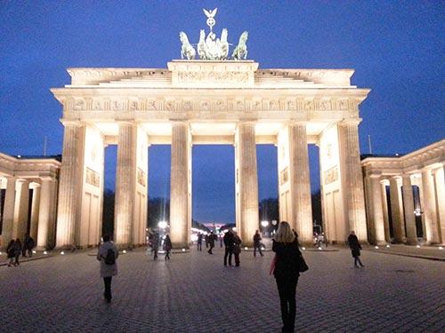 Foto de la Puerta de Brandenburgo de noche