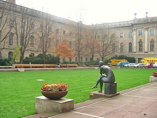 Patio de la biblioteca de la Universidad Humboldt en Berlín