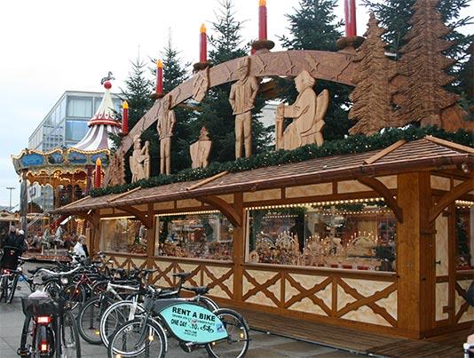 Puesto de artesanías en madera en Alexanderplatz